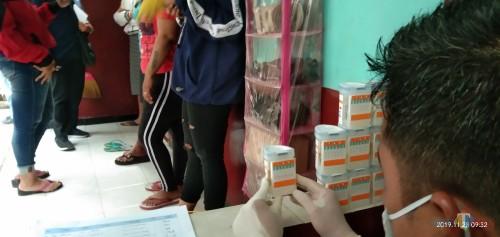 sejumlah penghuni kos yang rata-rata pemandu lagu diperiksa urinya oleh BNNK Tulungagung (foto : Joko Pramono/Jatim Times)