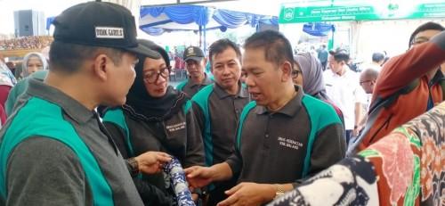 Sekretaris Daerah Kabupaten Malang, Didik Budi Muljono (tengah) beserta rombongan pejabat pemerintahan Kabupaten Malang saat mengunjungi salah satu produk UMKM