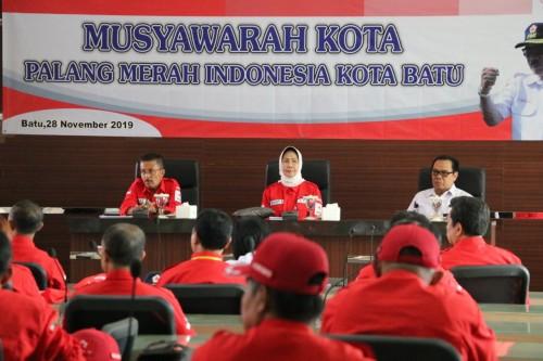 (Dari kiri) Wakil Wali Kota Batu Punjul Santoso dan Wali Kota Batu Dewanti Rumpoko saat musyawarah kota di lantai 3 Balai Kota Among Tani, Kamis (28/11/2019).