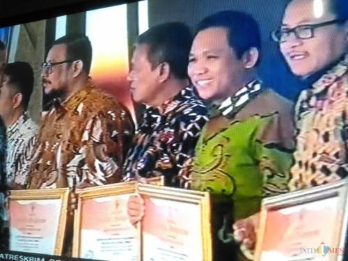 Bupati Lumajang saat menerima penghargaan dari Komisi Informasi (Foto : Moch. R. Abdul Fatah / Jatim TIMES)