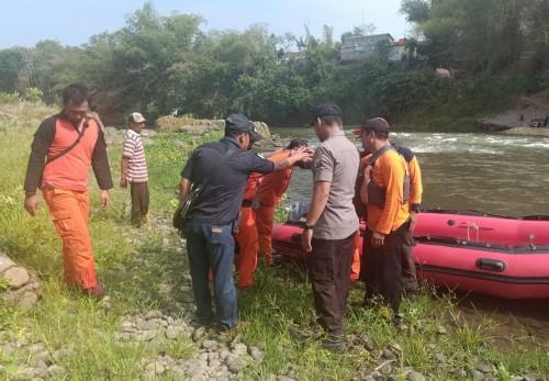 Pencarian korban tenggelam di sungai Brantas korban dari Ponorogo terus dilakukan petugas Tim Gabungan