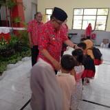 Plt Wali Kota Blitar Bagikan Seragam Gratis untuk 450 Siswa TK