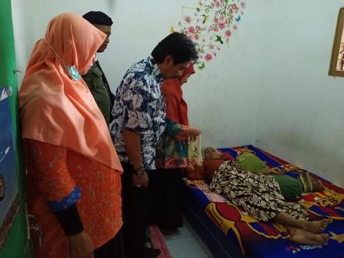 Camat Lowokwaru, Imam Badar (tengah kenakan kamerane motif hitam putih saat melihat kondisi nenek Siani (Istimewa)