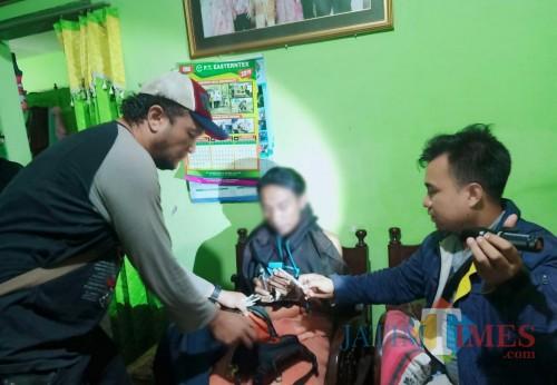 Tersangka Farid Rahmawan (tengah) saat digerebek polisi dengan tanpa perlawanan lantaran terlibat jaringan peredaran narkoba (Foto : Polsek Singosari for MalangTIMES)