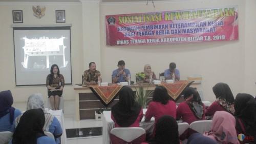 Kepala Disnaker Kabupaten Blitar Haris Susianto membuka sosialisasi kewirausahaan di Hotel Ilhami (Foto: Aunur Rofiq/ BlitarTIMES)