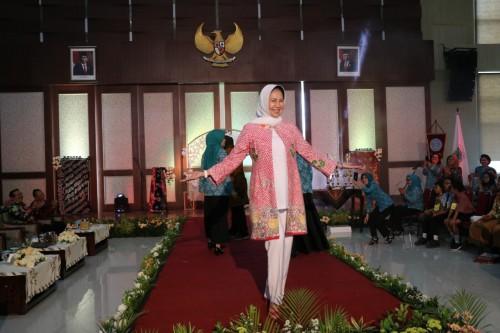 Wali Kota Batu Dewanti Rumpoko saat fashion lomba fashion showdi Graha Pancasila, Balai Kota Among Tani,Kamis (28/11/2019).