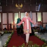Wali Kota Batu Percaya Diri Fashion Show Pakai Batik Bunga