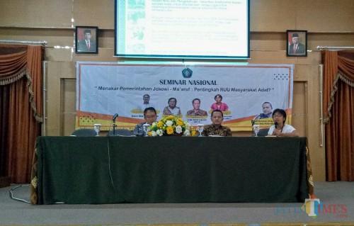 Sekjen AMAN Rukka Sombolinggi (paling kanan) serta dosen Ilmu Pemerintahan dan Ketua Badan Penelitian & Pengabdian FISIP UB Muhammad Lukman Hakim (paling kiri). (Foto: Imarotul Izzah/MalangTIMES)