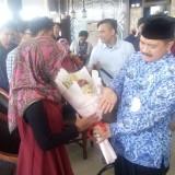 Ada Pemakzulan di DPRD, Puluhan Mahasiswa Kirimkan Bunga Cinta untuk Bupati
