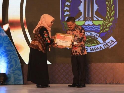 Wakil Wali Kota Batu Punjul Santoso saat menerima penghargaan saat Anugerah Keterbukaan Informasi Publik Jawa Timur Tahun 2019 di Novotel Samator East Surabaya Hotel Raya, Kota Surabaya, Kamis (28/11/2019) malam. (Foto: istimewa))