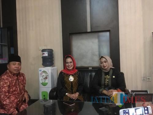 Ketua Fraksi PDIP DPR Provinsi Jawa Timur Sri Untari (tengah) saat ditemui awak media terkait rekom bakal calon bupati Malang. (Foto : Ashaq Lupito / MalangTIMES)