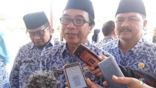 Wakil Bupati Jember Drs. KH. Abdul Muqit Arief saat diwawancarai usai upacara HUT Guru dan HUT Korpri (foto : Moh. Ali Makrus / Jatim TIMES)
