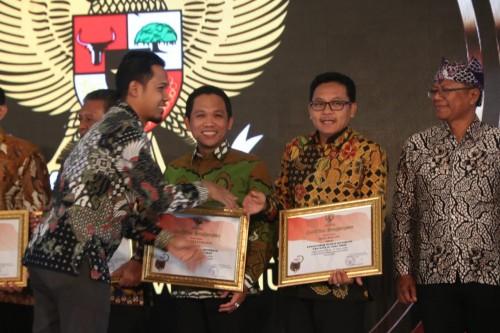 Wali Kota Malang Sutiaji (dua dari kanan) saat menerima penghargaan kategori Badan Publik Menuju Informatif pada PPID award  (Foto: Humas Pemkot Malang)