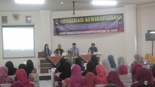 Sosialisasi kewirausahaan bagi alumni pelatihan batik, perajin batik dan Pertakina digelar Disnaker Kab Blitar.(Foto : Aunur Rofiq/BlitarTIMES)