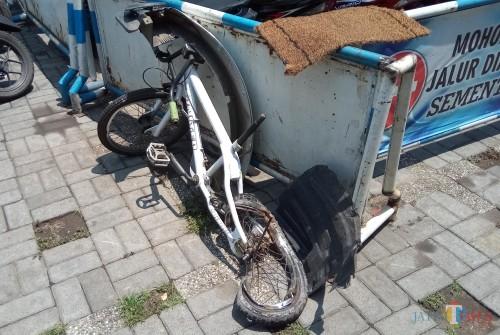 Kondisi sepeda korban yang remuk setelah jadi korban tabrak lari. Di situ juga ada serpihan bodi mobil yang tertinggal usai kejadian kecelakaan.(Anggara Sudiongko/MalangTIMES)