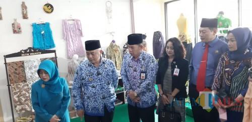 Ketua Dekranasda Kabupaten Malang Anis Zaida (kiri) bersama Bupati Malang Sanusi, Sekda Didik Budi, dan Ketua DPRD Didik Gatot Subroto setelah meresmikan UKM Center di area Pendapa Kabupaten Malang. (nana)