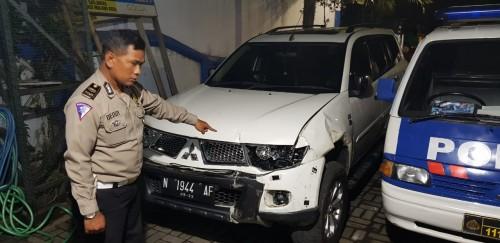 Kanit Laka saat menunjukan mobil yang menabrak korban (ist)