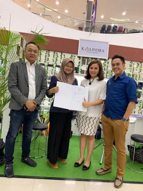 Salah satu investor (urutan kedua dari kanan) yang tidak mau kehilangan unit Tower A The Kalindra Apartment. (Foto istimewa)
