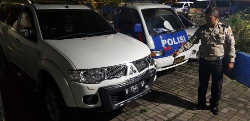 Kanit laka saat menunjukkan mobil yang menabrak dua korban meninggal di Jalan Mayjen Sungkono. (ist)