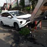 Waduh, Tiang Neon Box Polisi Milik Polsek Karangploso Dihantam Mobil