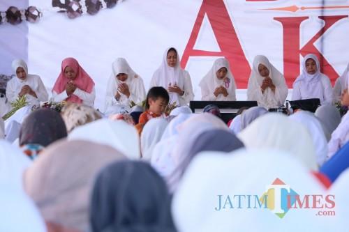 Wali Kota Batu khusuk berdoa saat Dizikir Akbar di Lapangan Desa Sumber Brantas, Kecamatan Bumiaji, Jumat (29/11/2019).