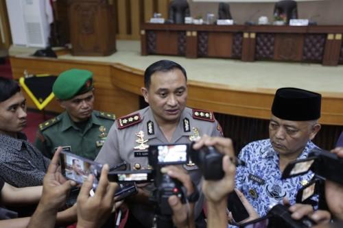 Kapolres Malang AKBP Yade Setiawan Ujung (tengah) saat ditanya awak media terkait upaya pemberantasan korupsi (Foto : Dokumen MalangTIMES)