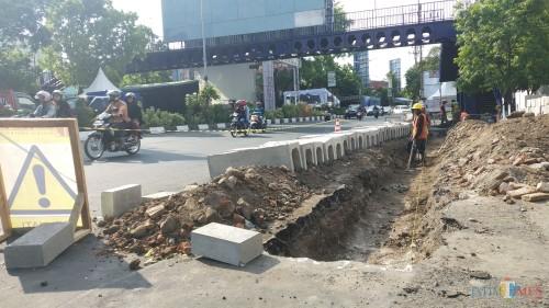 Penataan trotoar di kawasan Kayutangan, Kota Malang. (Pipit Anggraeni/MalangTIMES).