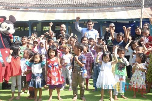 Walikota Kediri Abdullah Abu Bakar bersama anak-anak saat meresmikan taman baca dan bermain. (eko Arif s /JatimTimes)