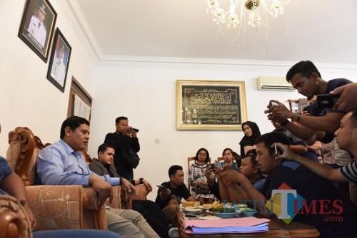 Walikota Kediri Abdullah Abu Bakar dan Anggota Komisi X DPR RI Abdul Hakim Bafagih saat memberikan keterangan pada awak media. (eko Arif s /JatimTimes)