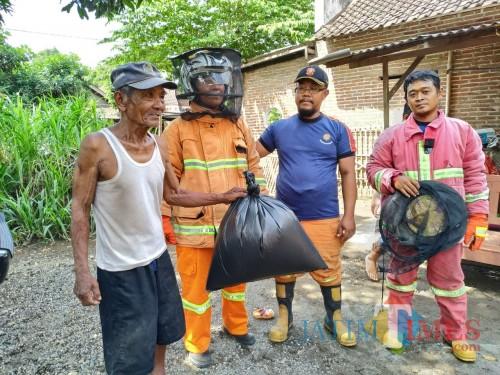 Tim Damkar Satpol PP Tulungagung saat razia sarang tawon di desa Bendilwungu / Foto : Anang Basso / Tulungagung TIMES