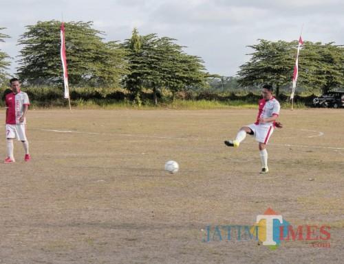 Aksi Wabup Blitar Marhaeinis  UW di pertandingan Bupati Cup U-40.(Foto : Malik Naharul/BlitarTIMES)