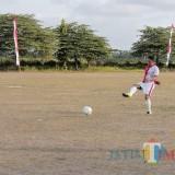 Aksi Wabup Marhaeinis saat Bermain Sepak Bola di Ajang Bupati Cup 2019 U-40