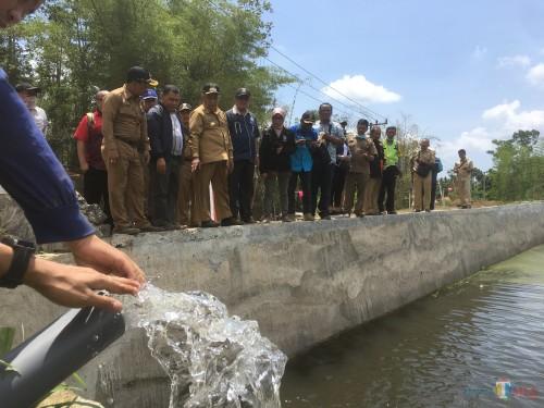 Bupati Malang HM Sanusi beserta rombongan saat melakukan peninjauan di salah satu embung yang ada di Kecamatan Poncokusumo (Foto : Ashaq Lupito / MalangTIMES)