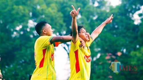 Selebrasi pemain Perseta, Zidan (9) pasca melesakan gol ke gawang Pro Direct Jakarta dengan kemenangan 2-0 pada Jum'at (29/11) lalu (foto : Joko Pramono/ Jatim Times)