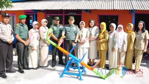 Dandim 0808/Blitar Letkol Inf Kris Bianto menyerahkan alat bermain di TK Kartika Jaya di Sutojayan.(Foto : Team BlitarTIMES)