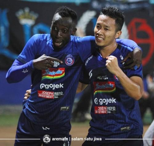 Dendi Santoso (kanan) bersama Makan Konate saat merayakan gol (official Arema FC)