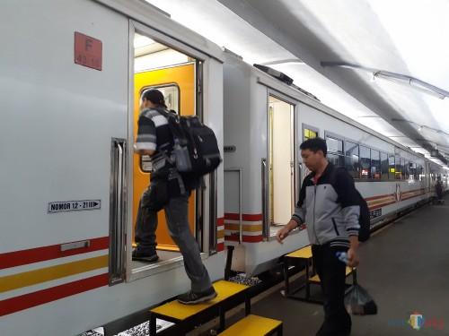 Beberapa penumpang saat akan memasuki kereta api di Stasiun Malang (Arifina Cahyanti Firdausi/MalangTIMES)
