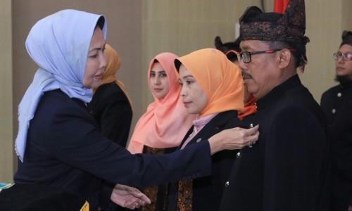 Wali Kota Batu Dewanti Rumpoko saat menyematkan pin kepada anggota dekranasda di Graha Pancasila, Balai Kota Among Tani, Senin (2/12/2019).