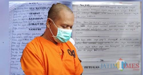 """Tersangka TW dan tulisan tangan Mawar yang mengisahkan dirinya pernah di """"Garap"""" Saat mau berangkat sekolah / Foto : Anang Basso / Tulungagung TIMES"""