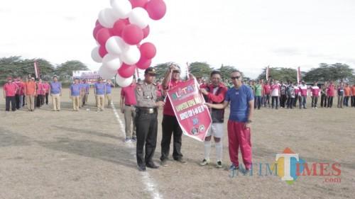 Pembukaan turnamen sepakbola U-40 oleh Wabup Blitar Marhaeinis UW.(Foto : Malik Naharul/BlitarTIMES)