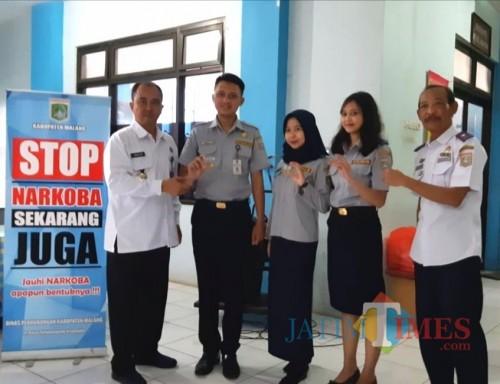 Kepala BNN Kabupaten Malang Letkol Laut PM Agus Musrichin (kiri) bersama Kadishub Kabupaten Malang Hafi Lutfi (kanan) dalam acara (Nana)
