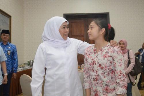 Gubernur Jatim Khofifah bersama Shalfa Avrila