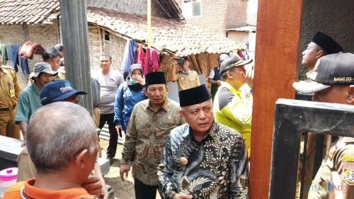 Bupati Malang M Sanusi (tengah kenakan batik dan berkopiah) saat meninjau langsung rumah terdampak angin kencang di Dusun Jatiarjo Kecamatan Jabung (Pipit Anggraeni/MalangTIMES).