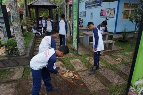 Pembiasaan peduli lingkungan pada siswa menjadi point penting sekolah Adiwiyata, seperti yang dibentuk di SMPN 1 Wajak yang siap jadi sekolah Adiwiyata Mandiri (dok SMPN 1 Wajak)