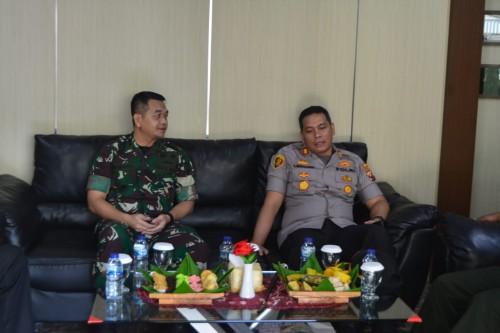 Dandim 0808/Blitar Letkol Inf Kris Bianto bersama  Kapolres Kota Blitar AKBP Leonard M. Sinambela