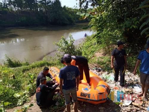 Pencarian dilakukan sampai ke sampai mendekati pantai Meleman Yosowilangun (Foto : Moch. R. Abdul Fatah / Jatim TIMES)