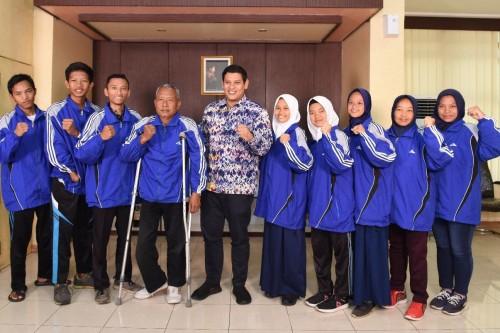 Wali Kota Kediri Abdullah Abu Bakar menerima atlet-atlet disabilitas Kota Kediri yang selesai berlaga dalam National Paralympic Committee Indonesia (NPCI) Jawa Timur 2019, Selasa (3/12). (Foto: Ist)