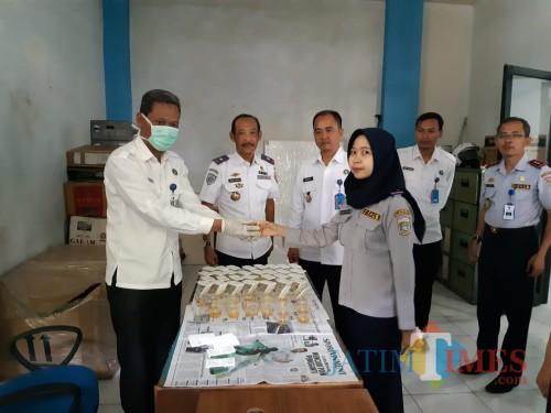 Hafi Lutfi Kadishub Kabupaten Malang (2 dari kiri) bersama Kepala BNN Letkol Laut PM Agus Musrichin saat tes urine kedua kalinya petugas Dishub (Nana)