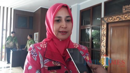 Bupati Jember dr Faida saat memberikan pernyataan terkait robohnya proyek Kantor Kecamatan Jenggawah. (foto : M. Ali Makrus / Jatim TIMES)