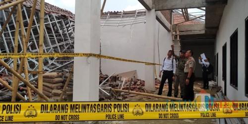 Bangunan pendopo kecamatan yang roboh (foto: Minto/ JatimTIMES)